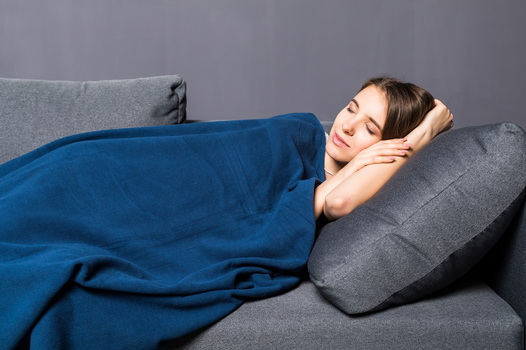 Покрывало или плед в интерьере спальни